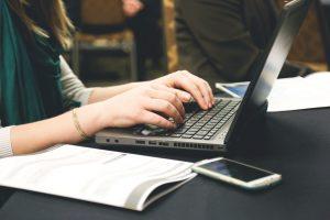 En textkonsult arbetar på sin laptop